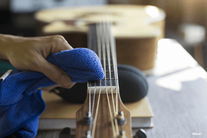 limpar as cordas da guitarra