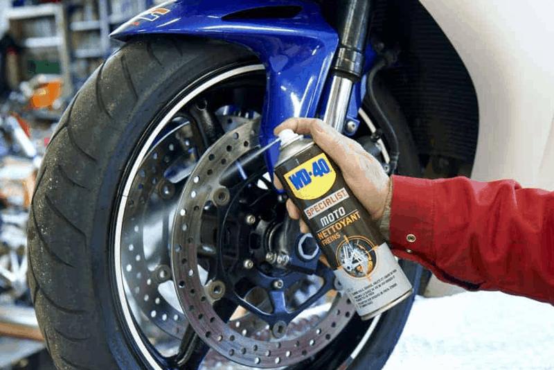 Limpar os discos de travão da moto