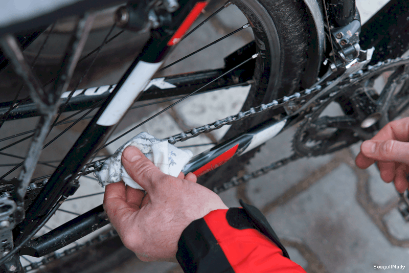 Desengordurar a corrente da bicicleta WD-40