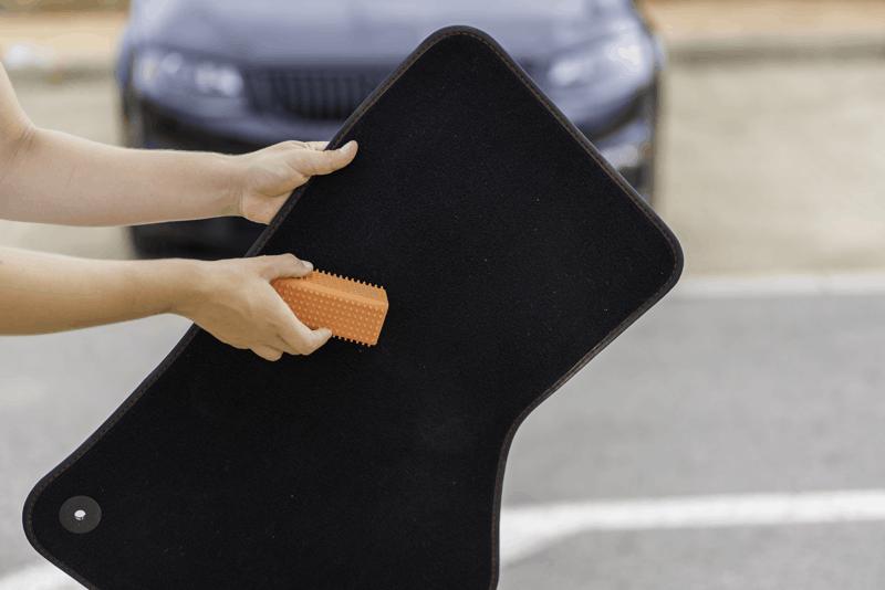 tirar pastilha elástica dos tapetes do carro com WD-40