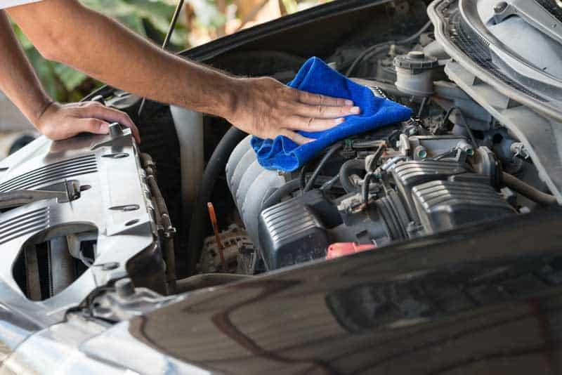 limpar e proteger o motor do carro