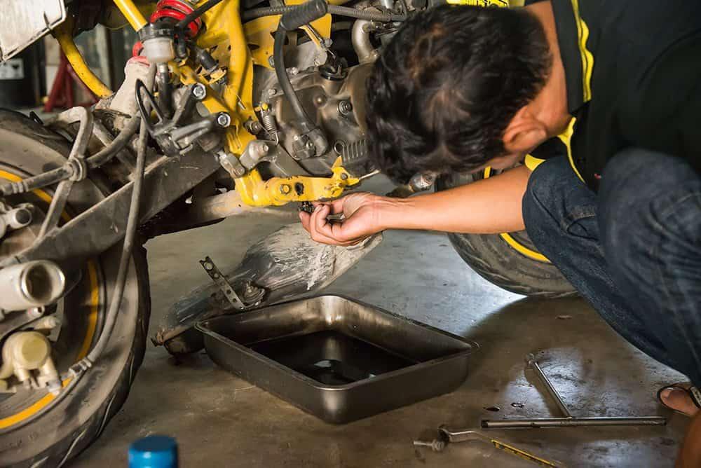 Como realizar a mudança do óleo do motor da moto