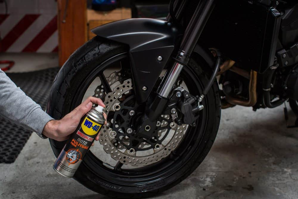 Limpeza dos travões da moto com Limpa Travões WD-40 Specialist Motorbike