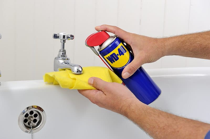 Usos do WD-40 para limpar a casa de banho - Limpa torneiras