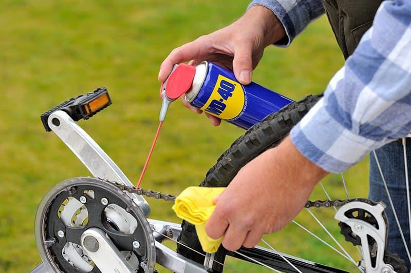 Manutenção da bicicleta com WD-40
