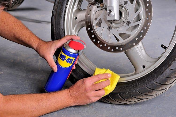 Limpar jantes da moto com o spray lubrificante WD-40