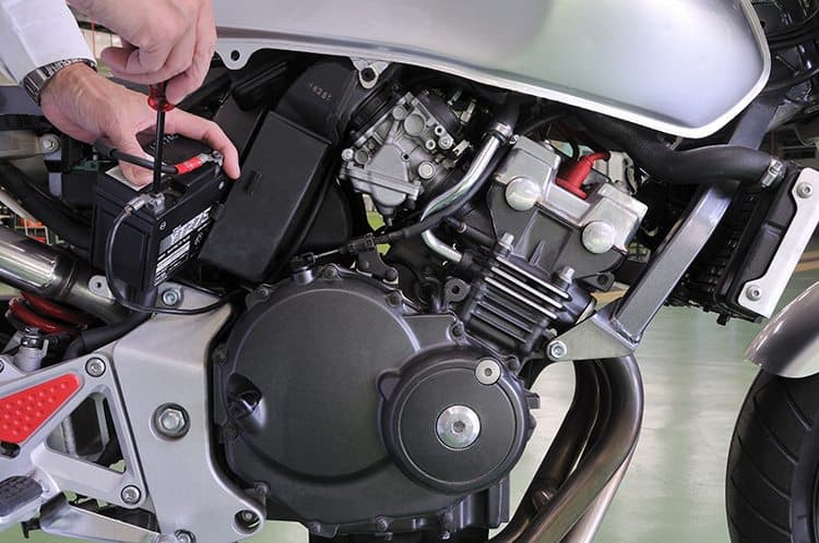 Manutenção da bateria da moto com WD-40