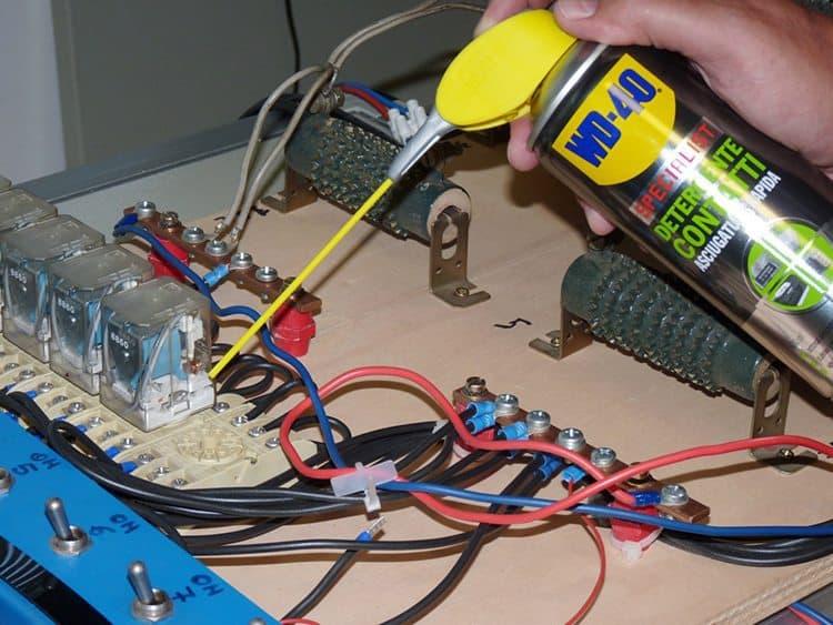 Limpar contactos elétricos com WD-40 Specialist Limpa Contactos