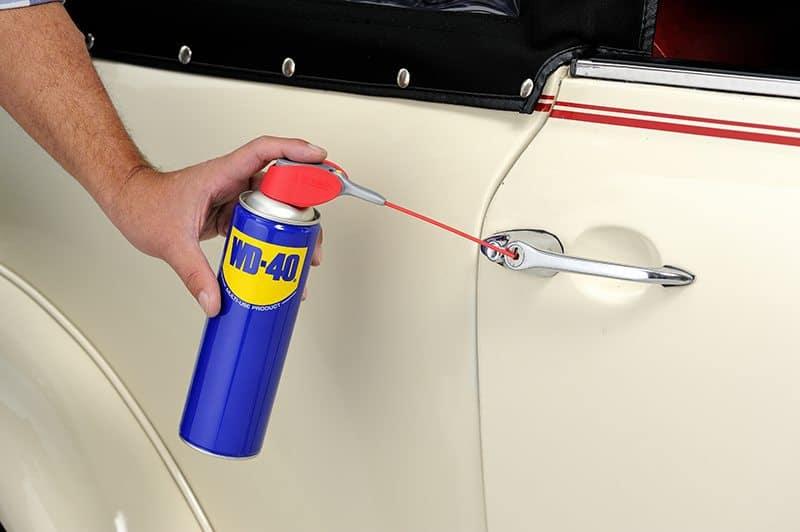 Manutenção do carro e cuidar das fechaduras do carro com WD-40