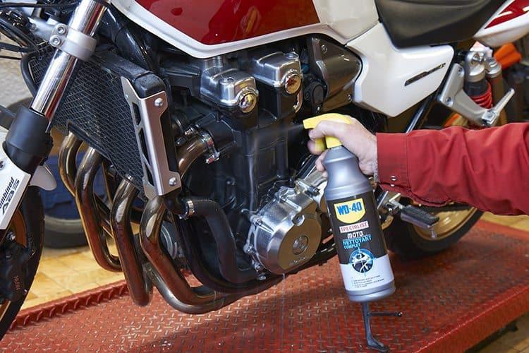 Limpar o motor da moto com Limpeza Total da WD-40® Specialist® Motorbike
