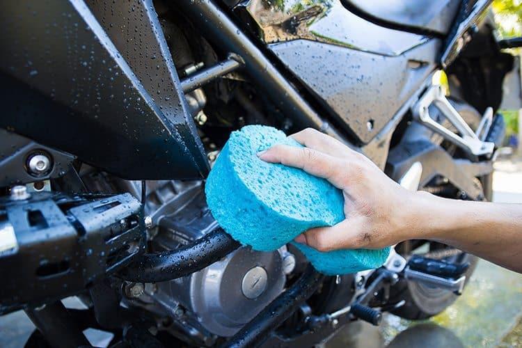 Limpeza da moto com esponja