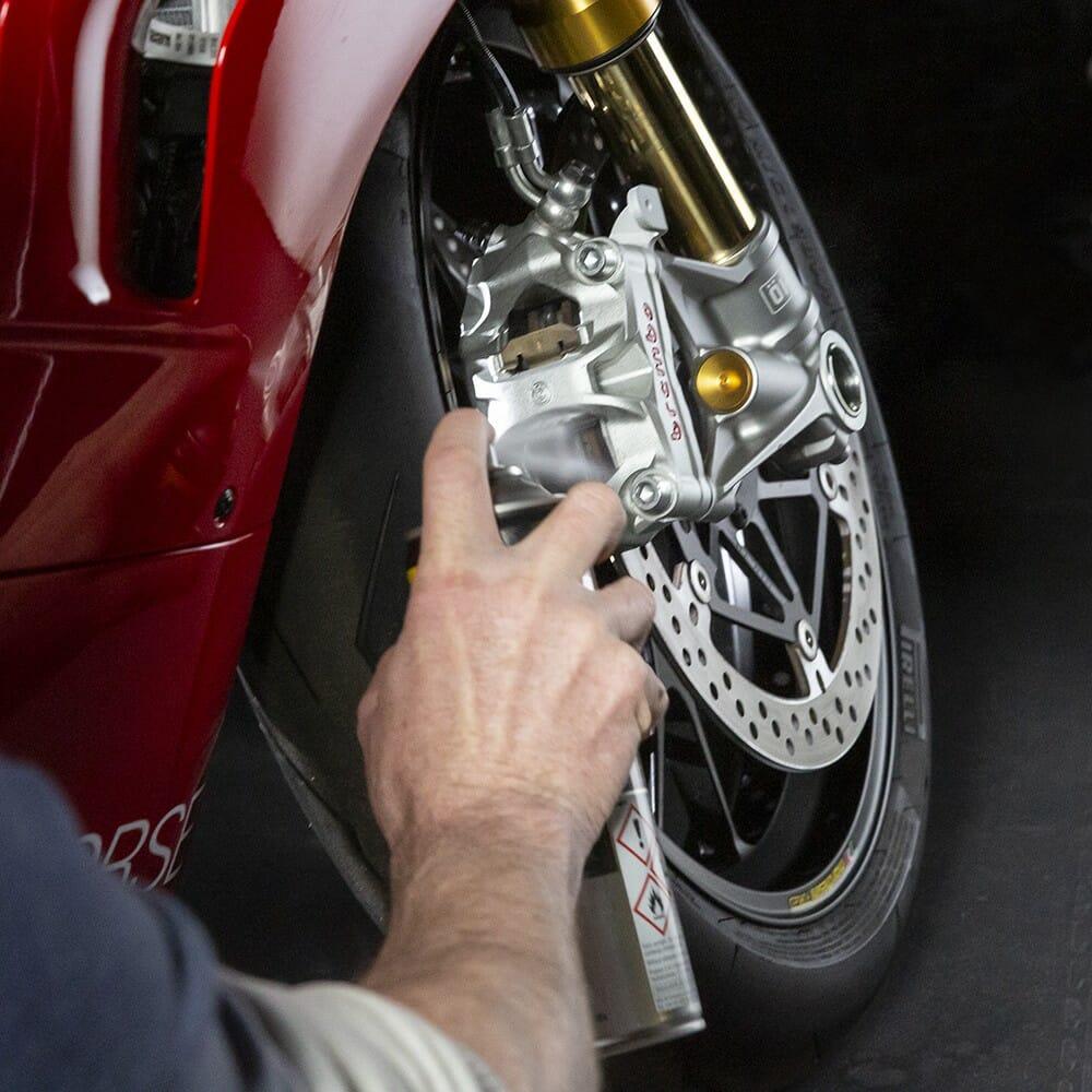 wd-40-specialist-motorbike-limpa-travaµes-lifestyle-image-3-1.jpeg