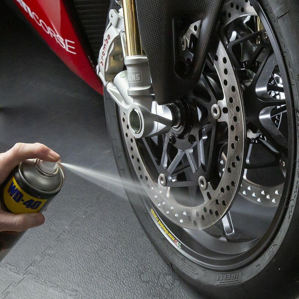 wd-40-specialist-motorbike-limpa-travaµes-lifestyle-image-2-1.jpeg