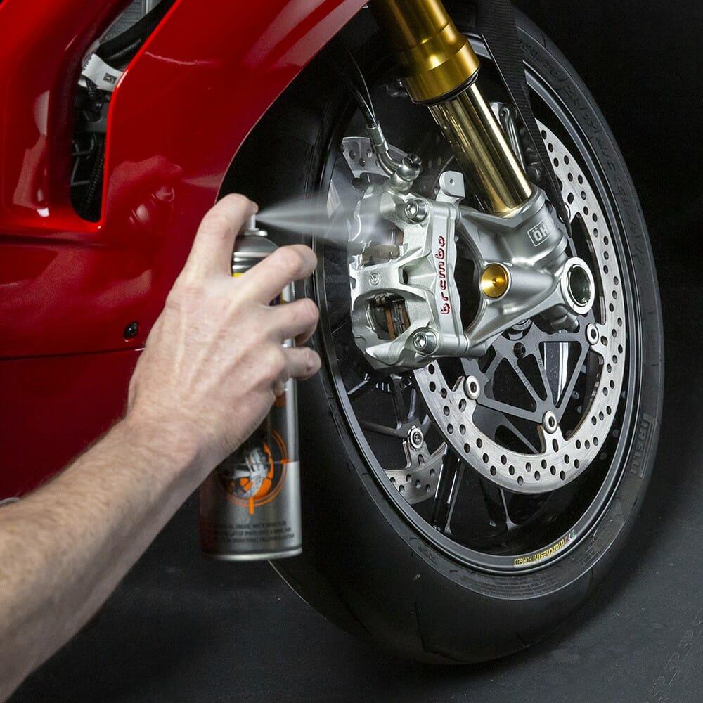 wd-40-specialist-motorbike-limpa-travaµes-lifestyle-image-1-1.jpeg