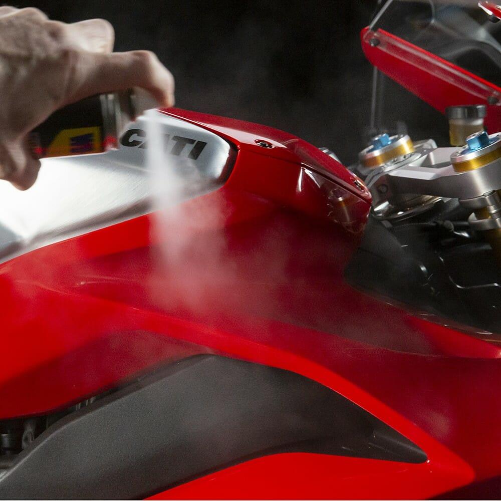 wd-40-specialist-motorbike-renovador-de-silicone-lifestyle-image-3-1.jpeg
