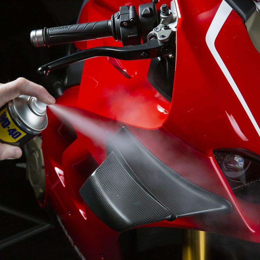 wd-40-specialist-motorbike-renovador-de-silicone-lifestyle-image-2-1.jpeg