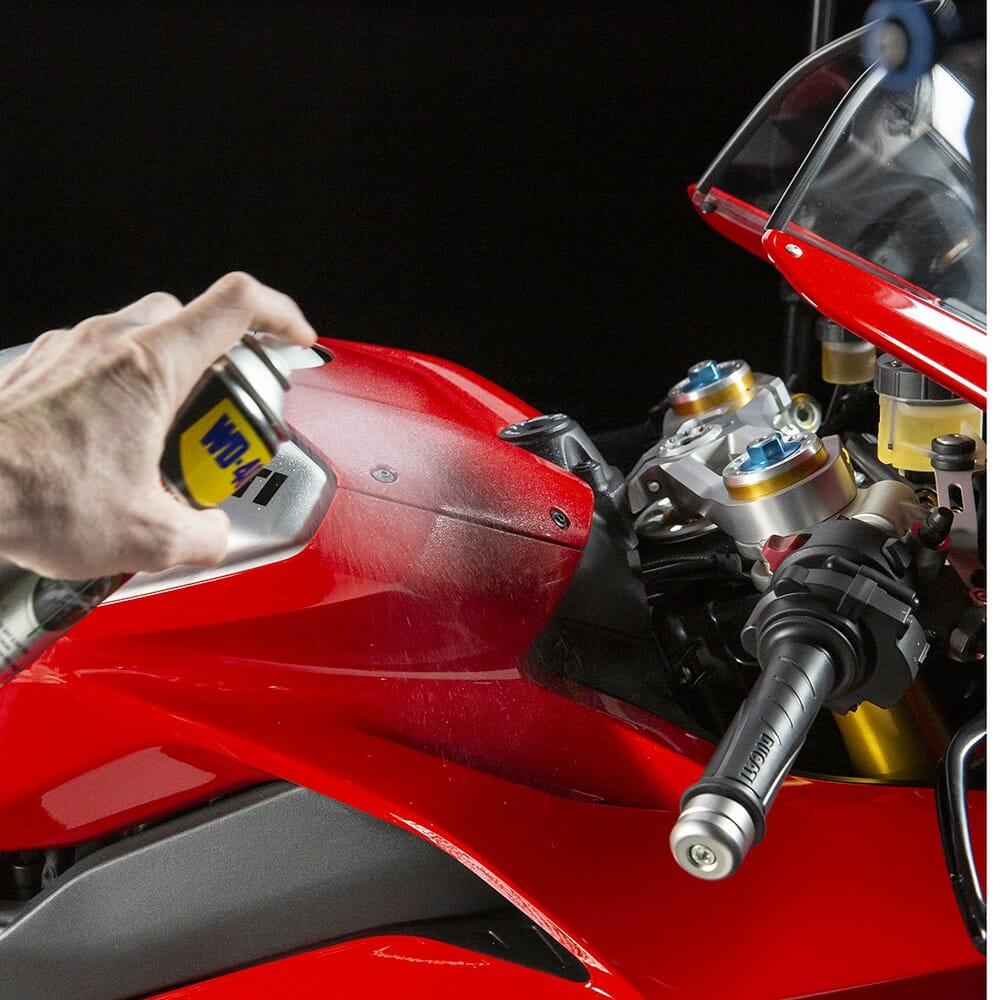 wd-40-specialist-motorbike-cera-e-brilho-lifestyle-image-2-1.jpeg