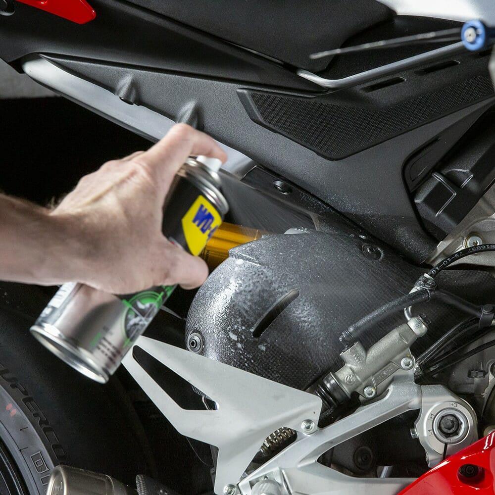wd-40-specialist-motorbike-cera-e-brilho-lifestyle-image-1-1.jpeg